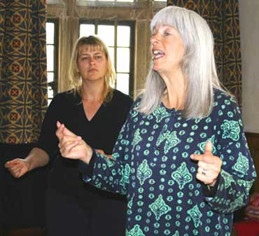 Photo of Frankie Armstrong conducting a workshop
